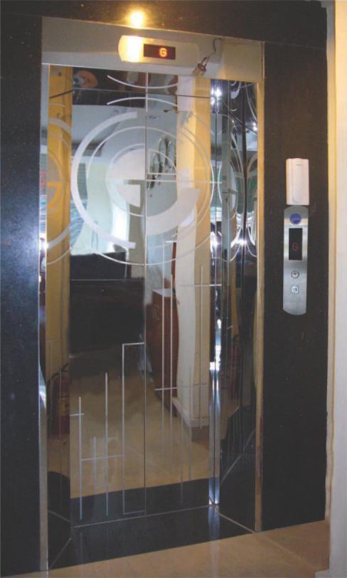 Khung bản rộng có hộp đèn : inox gương. Cánh cửa : inox gương hoa văn